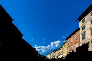 piazza Mazzini contrasto luce ombra a V pescia Il tuo paese