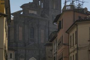 facciata cattedrale con mercato a pescia