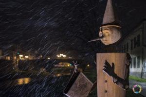pinocchio con la neve di notte a pescia