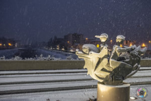 ponte europa statua pinocchi sotto nevicata intensa a pescia