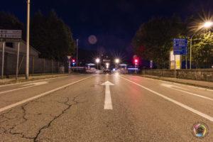 frecce verso ponte europa di notte a pescia