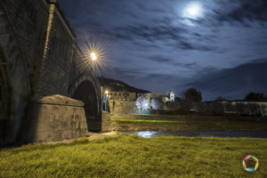 ponte del duomo visto dal fiume verso la cattedrale di notte a pescia