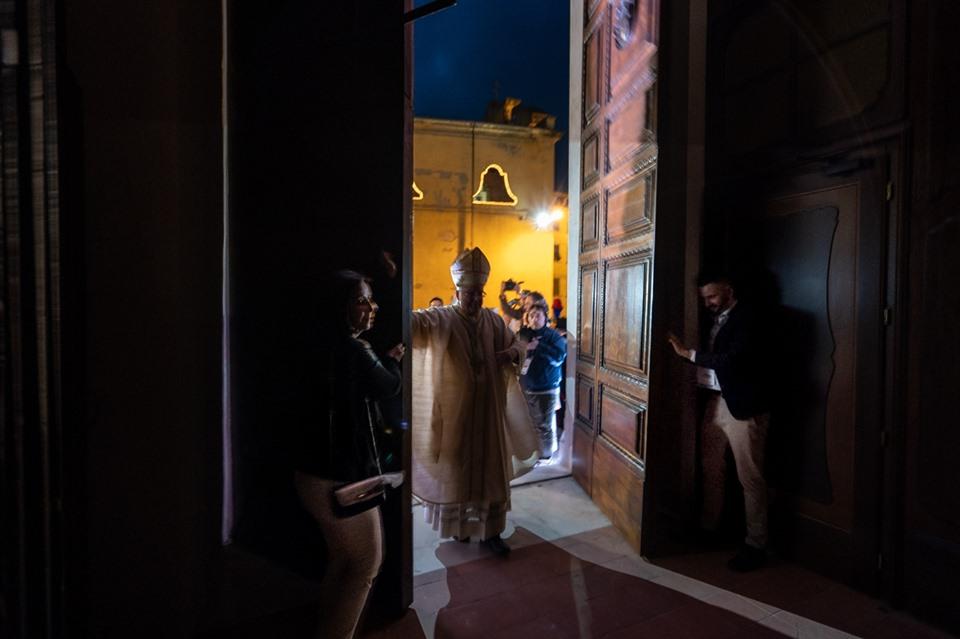 il vescovo apre la porta santa cattedrale pescia