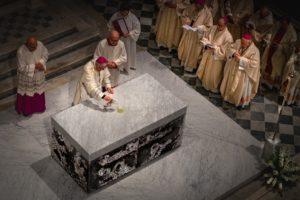 inizio unzione altare con crisma cattedrale messa di apertura giubileo 500 anni diocesi pescia