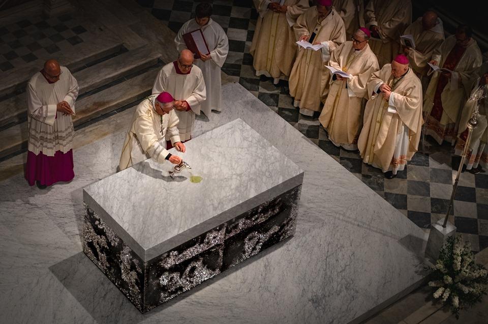 inizio unzione altare con crisma cattedrale pescia