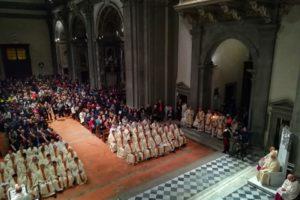 la prima foto in anteprima l'assemblea nella rinnovata cattedrale santa messa inaugurazione giubileo diocesi pescia
