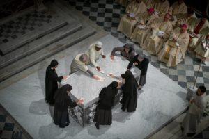 pulizia altare donne suore messa di apertura giubileo 500 anni diocesi pescia