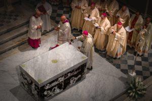 unzione 4 angoli dell'altare consacrazione cattedrale messa di apertura giubileo 500 anni diocesi pescia