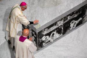 unzione con mano laterali messa di apertura giubileo 500 anni diocesi pescia