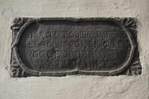 targa pietra iscrizione divieto canti canti cantini chiassi sottopassaggi foto-notizia paolo landi pescia