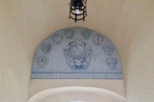 volta affresco stemma comunale canto del palazzo del vicario canti cantini chiassi sottopassaggi foto-notizia paolo landi pescia
