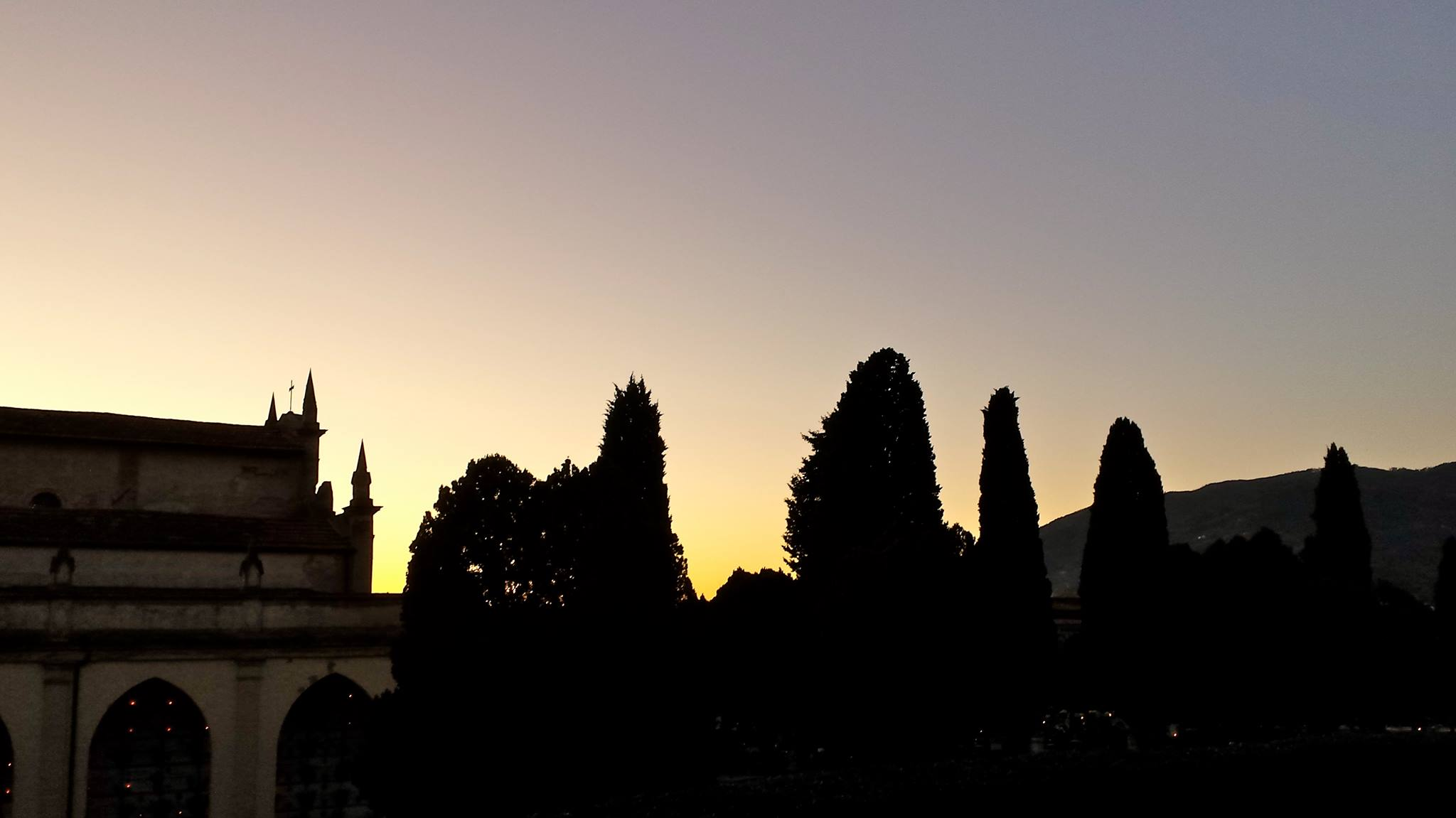 chiesa tramonto tombe lumini cimitero monumentale pescia