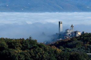 FRANCESCO NANNI La_nebbia_lascia_spazio_ad_una_fugace_apparizione_della_torre SERRAVALLE pistoiese wiki loves pescia
