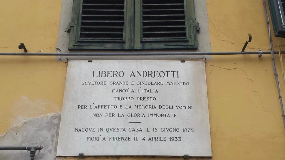 La targa presente sulla casa natale dello scultore andreotti dedicata centro città pescia