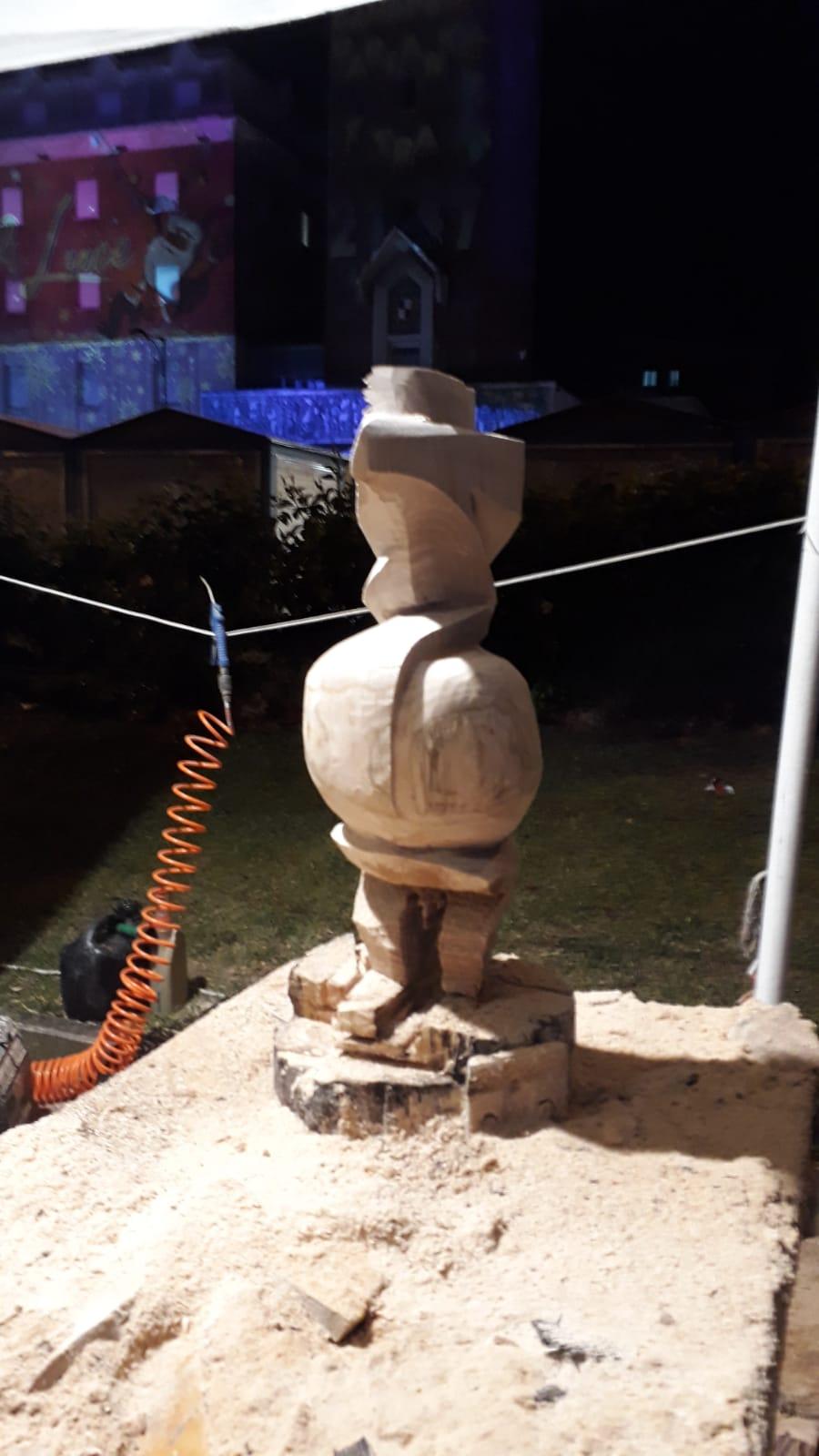 il corvo silvio al lavoro scultura legno gaeta pescia