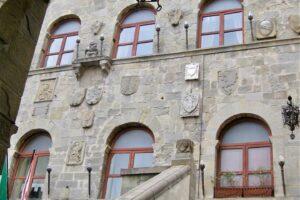 FN1 Scalinata al Palazzo del Vicario, sede comunale